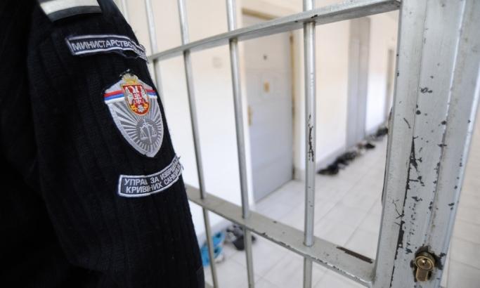 Beograd: Specijalci naoružani dugim cevima opkolili zgradu