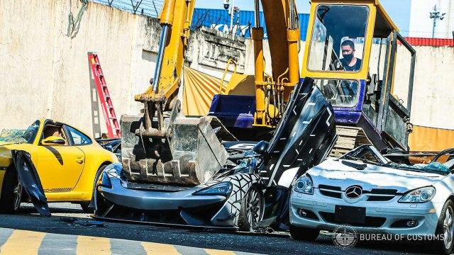Bez milosti: Vlasti brutalno uništile automobile vredne milion evra VIDEO