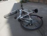 Biciklistu u Nišu udario automobil i polomio mu kuk