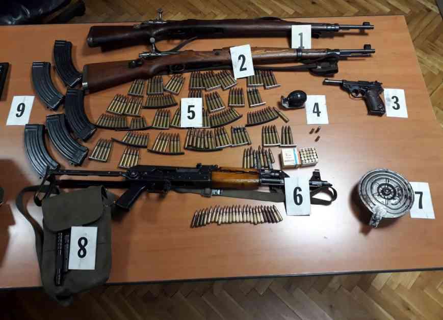 Bijelo Polje: Pretresom na dvije lokacije policija pronašla i oduzela oružje, municiju i ručnu bombu