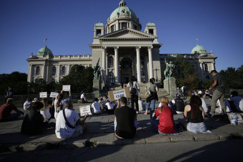 Na izmaku protesta ispred Skupštine: Veselje ili poruka...