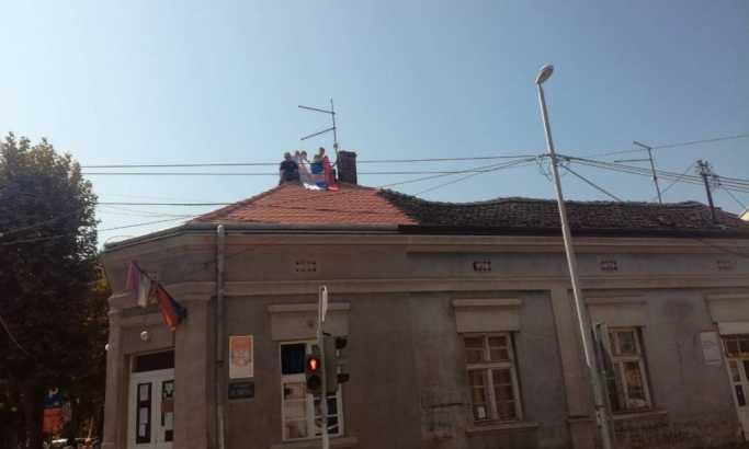 Borci iz Valjeva radikalizovali štrajk: Popeli se na krov zgrade i prete skakanjem (FOTO)