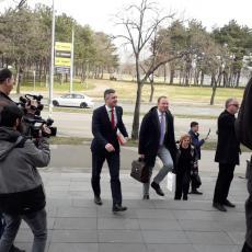 Boško zajedno sa mrziteljima Srbije! Ušetao u sud sa advokatom koji optužuje Srbiju za genocid