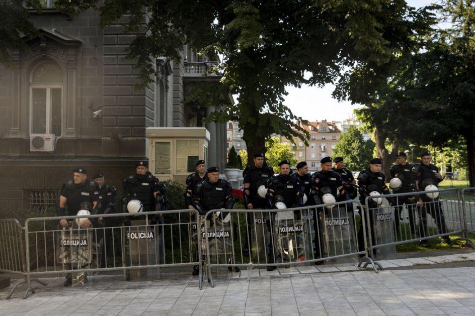 Policija uspostavila kontrolu u centru Beograda - veče novih sukoba, suzavca, kamenica...