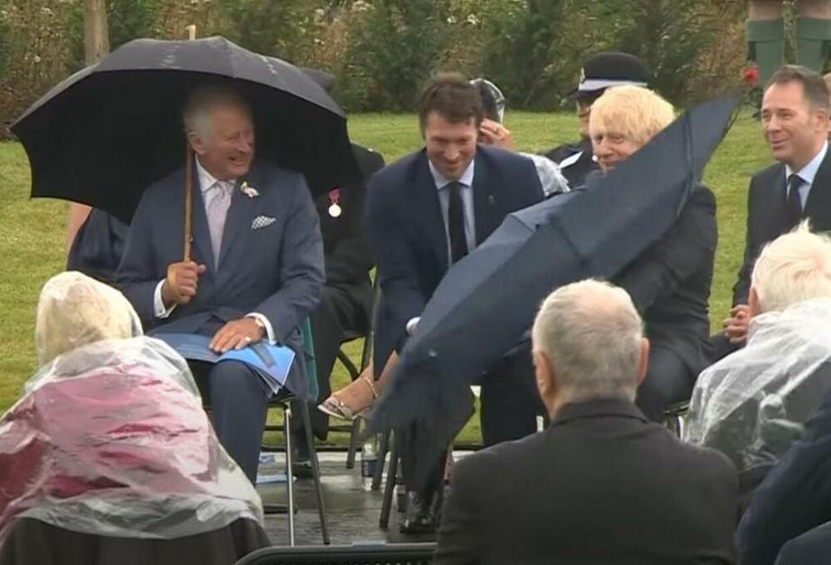 ČARLS, BORIS I KIŠOBRAN: Premijer Britanije se bori sa kišobranom a princ od Velsa jedva uspeva da ne prasne u smeh VIDEO