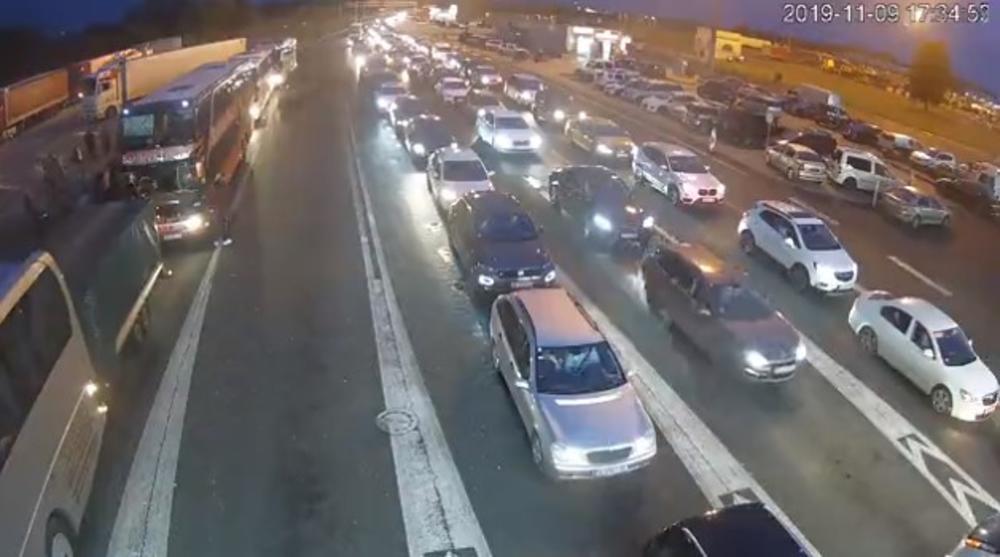 ČEKA SE 7 SATI NA ULAZAK U MAĐARSKU: Nepregledne kolone na granici, vozači i putnici očajni i besni!