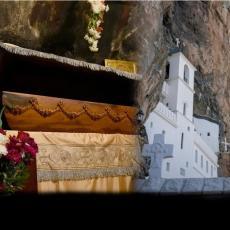 ČEKAJUĆI ČUDO - OVO SE DUGO NIJE DESILO: Trenutne slike pod Ostrogom - ni vreme ne može da ih poremeti (FOTO)