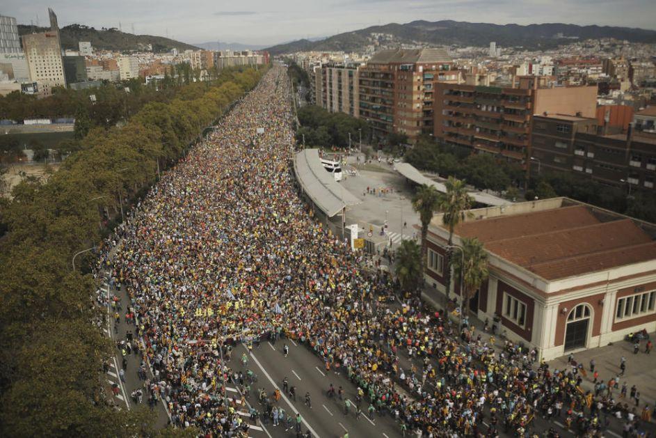 CELA BARSELONA BLOKIRANA: Hiljade na ulicama, otkazani letovi, blokirani putevi! Sve gori zbog presuda separatistima! (FOTO, VIDEO)