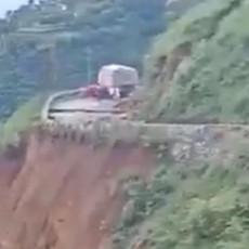 CELO BRDO NESTALO ZA PAR SEKUNDI, SVE SE SURVALO U AMBIS: Asfaltni put progutan kroz treptaj oka, strašna scena u Indiji (VIDEO)