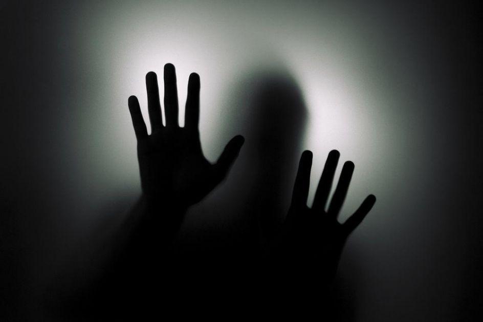 CELOJ ZGRADI PRETVORIO ŽIVOT U NOĆNU MORU: Psihički bolesnik baca fekalije kroz prozor i nosi nož! Stanari svaki dan peru prozore, a nadležni ih ignorišu!
