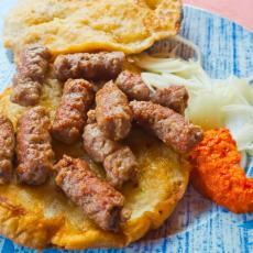 ĆEVAPI S LUKOM ODLAZE U PROŠLOST: Gastroenterolog razbija sve mitove o najpopularnijem srpskom jelu
