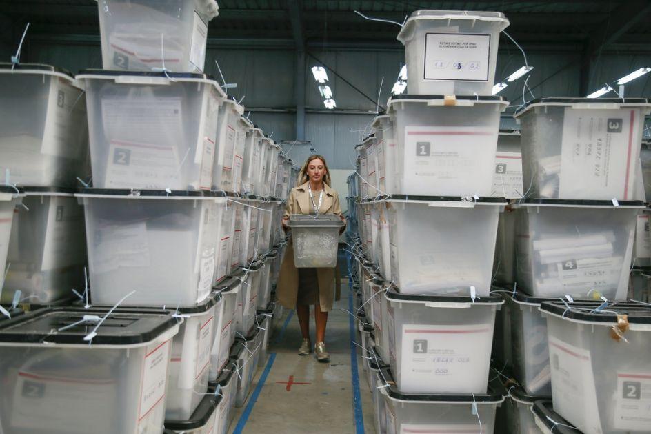 Priština nastavlja izbornu farsu: U skafanderima broje glasove iz centralne Srbije