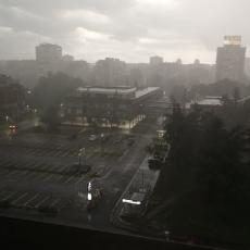 CRNI OBLACI NAD BEOGRADOM: Bujica na ulicama, letele tende sa terasa, kolaps u saobraćaju (FOTO/VIDEO)