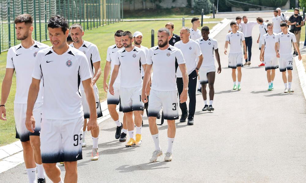 CRNO-BELE ČEKAJU 4 KONTROLNE UTAKMICE: Fudbaleri Partizana otputovali u Sloveniju na pripreme