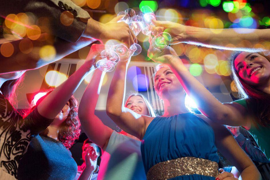 CRNO ILI CRVENO? Na maturskoj zabavi učenici MARKEROM OBELEŽAVANI JESU LI VAKCINISANI ILI NE, roditelji pobesneli