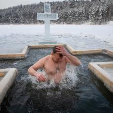 CRNOGORCI HAPSE, NA BOGA NE MISLE: Saslušani sveštenici zbog plivanja za časni krst