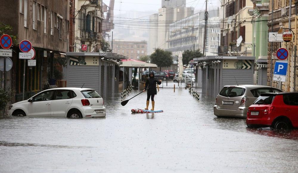 CRVENI METEOALARM NA JADRANU: Trajektima i katamaranima zabranjen saobraćaj, olujni jugo ubrzava a kiše donose nove poplave!