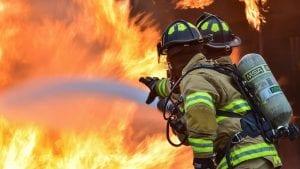 Četiri osobe povređene u požaru u surčinskoj fabrici
