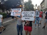 Završen četvrti niški protest, okupljeni policiji podelili papirne cvetove i pozvali ih da budu heroji