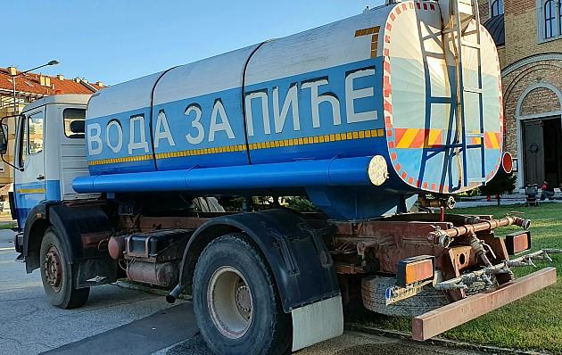 Cisterne sa pijaćom vodom na dve lokacije