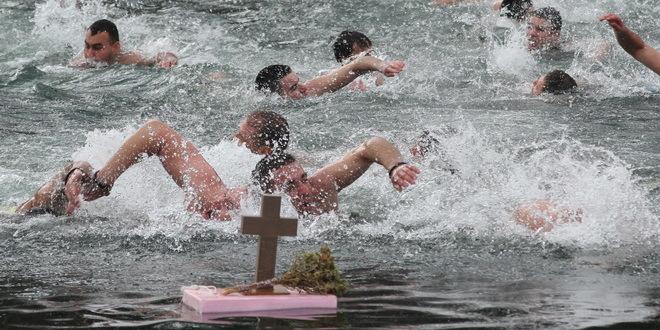 Crna Gora: Saslušani sveštenici zbog plivanja za časni krst