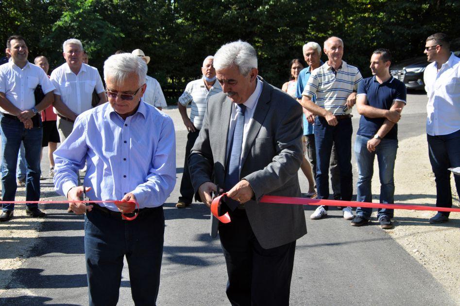 Čubrilović i DEMOS se promovisali na putu koji su finansirali mještani