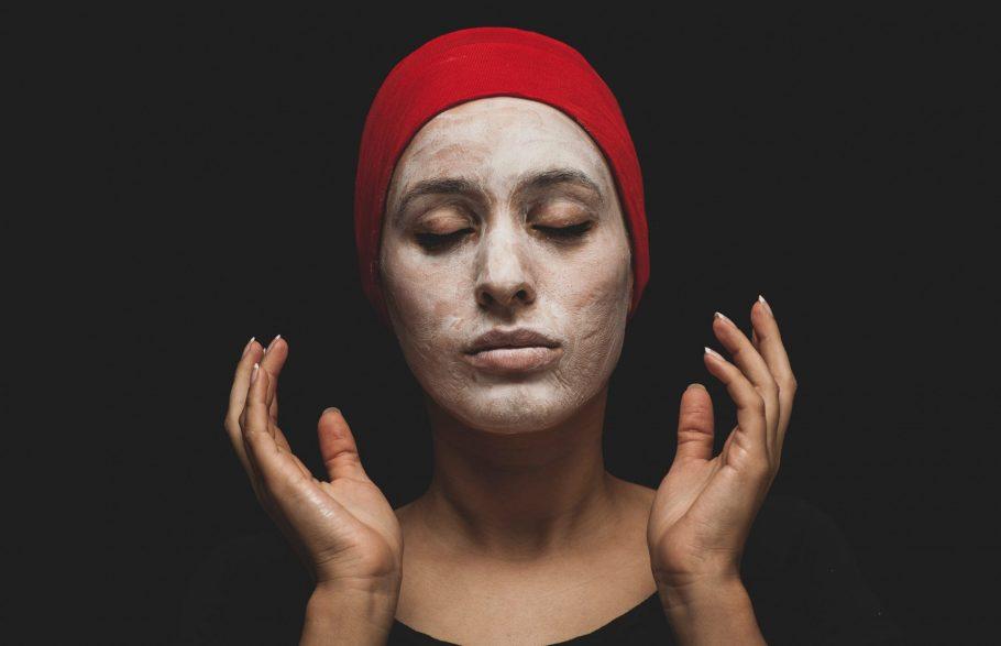 Čuvarkuća je moćni saveznik u nezi masne kože, uklanja fleke i ožiljke od akni