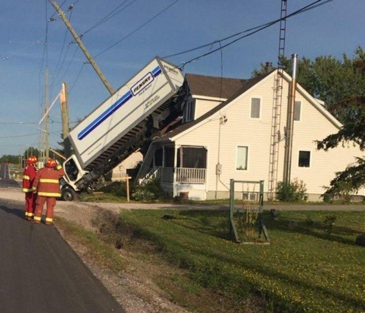 DA JE HTEO, NIKAD NE BI USPEO! Šoferu se kamion digao, pa završio na krovu kuće! (VIDEO)