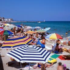DA LI NAS OVO ČEKA NA LETOVANJU U GRČKOJ? Ogradili su ljude KAO OVCE, cela plaža PREMREŽENA BARIKADAMA