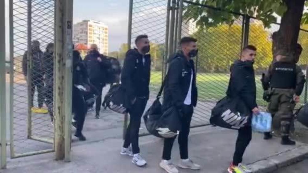 DA VOLIM CRNO-BELE ORILO SE HUMSKOM: Spektakularan doček fudbalera Partizana pred derbi sa Zvezdom (VIDEO)