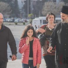 DARA IZ JASENOVCA POSETILA SABORNI HRAM U PODGORICI: Mlada glumica se poklonila grobu mitropolita Amfilohija