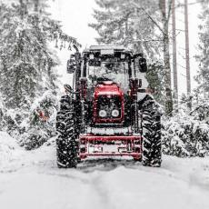 DECA OBOŽAVAJU VOJU: Kad padne sneg, on upali traktor i napravi lanac od sanki (FOTO)