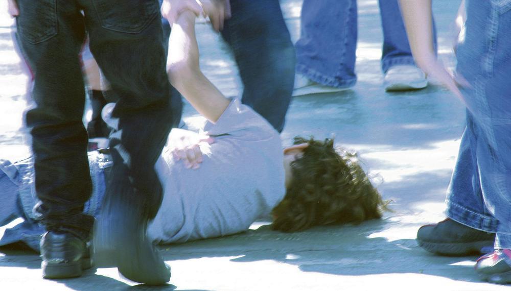 DECA SE POTUKLA ZBOG SLADOLEDA U TUZLI, A ONDA SU SE UMEŠALE I NJIHOVE MAJKE: Udarale su se i čupale za kosu, a jedna je završila u bolnici!