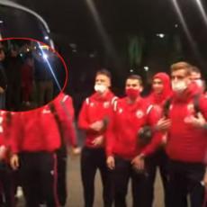 DELIJE U HOFENHAJMU: Pogledajte kako su navijači DOČEKALI fudbalere Zvezde pred hotelom (VIDEO)