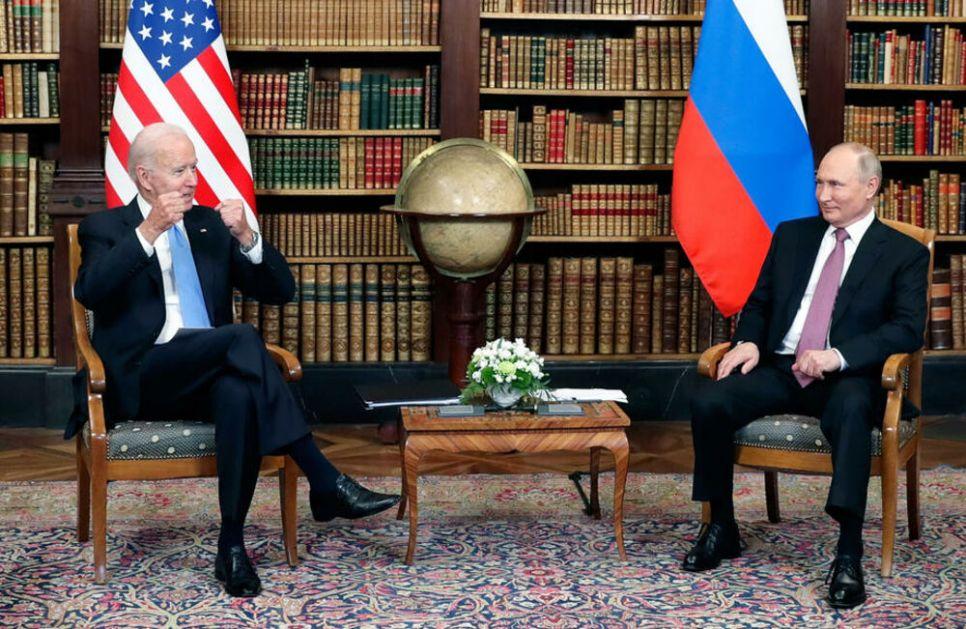 DELUJE KAO DEVOJČICA, NEPRIJATNO MU JE Govor tela Putina i Bajdena REKAO SVE FOTO
