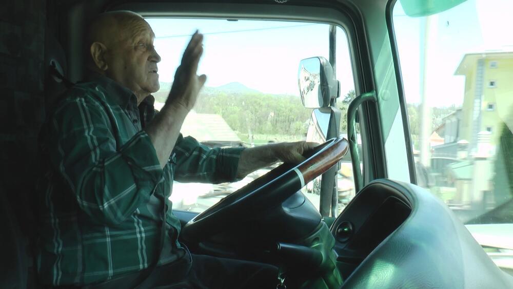 DEMIR (85) JE NAJSTARIJI VOZAČ ŠLEPERA U SRBIJI: Volan ne ispušta iz ruku, može da vozi po 9 sati dnevno, a gume sam menja