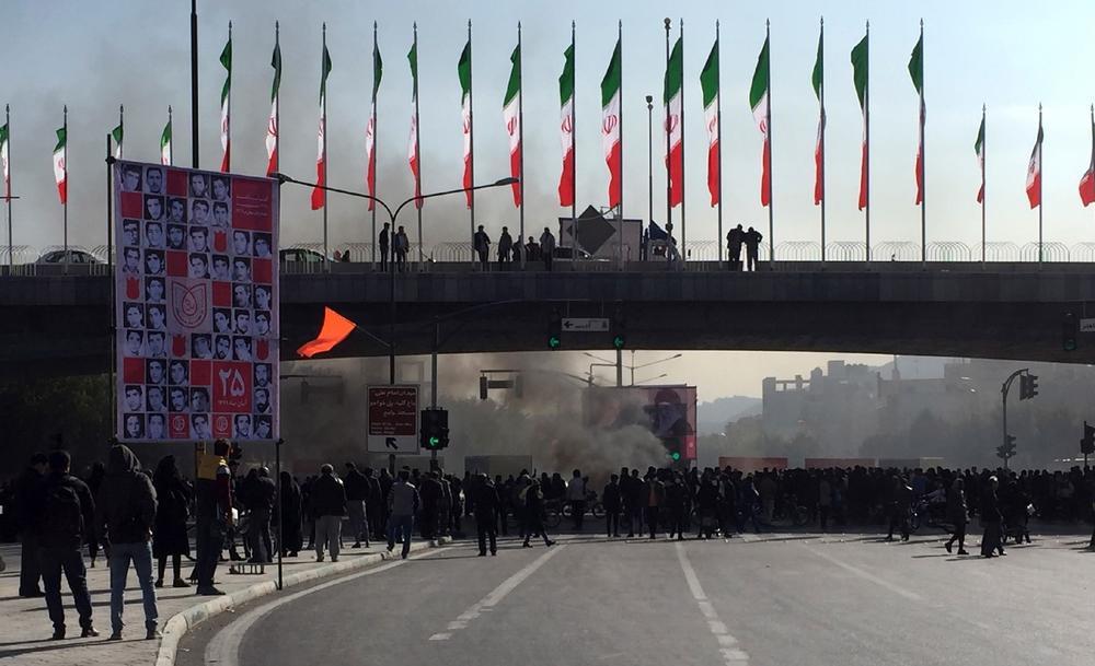 DEMONSTRANTI U IRANU UZELI POLICIJU KAO TAOCE: Vlast spremna da napravi jedan ustupak