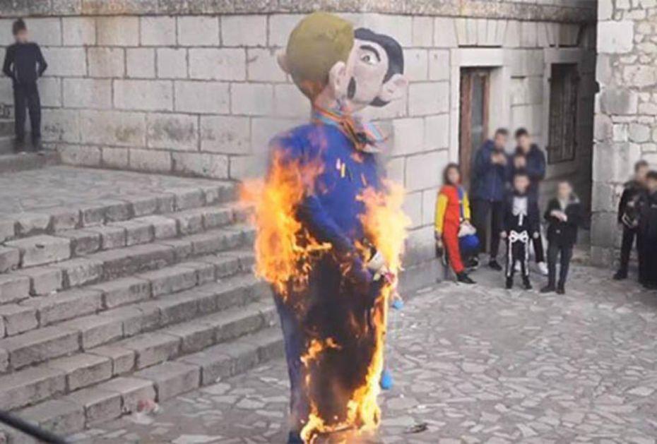 DESNIČARI DIVLJALI NA KARNEVALU U IMOTSKOM: Spalili gej lutke s bebom u naručju! (VIDEO)