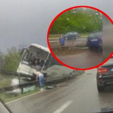 DETALJI STRAVIČNE NESREĆE NA AUTO-PUTU ZA NIŠ: Dve devojke proletele kroz šoferšajbnu, vozač zaglavljen