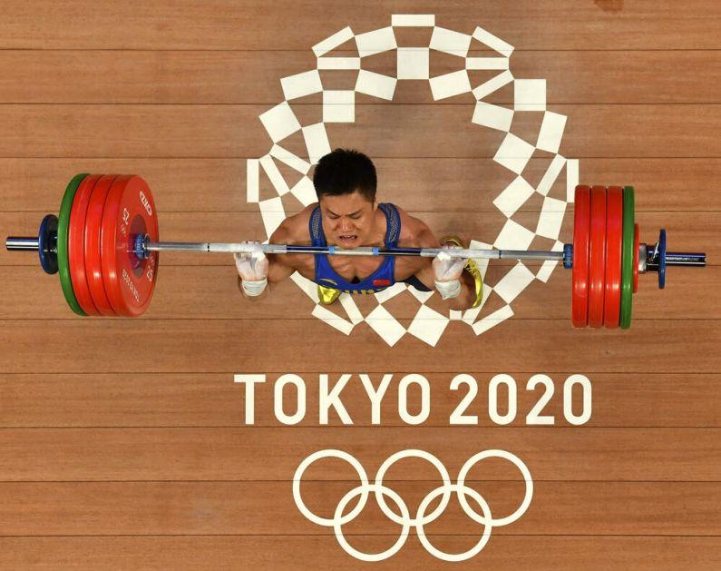 DIZANJE TEGOVA: Kinez Lu Ksiaojun osvojio je zlatnu medalju na Olimpijskim igrama u Tokiju