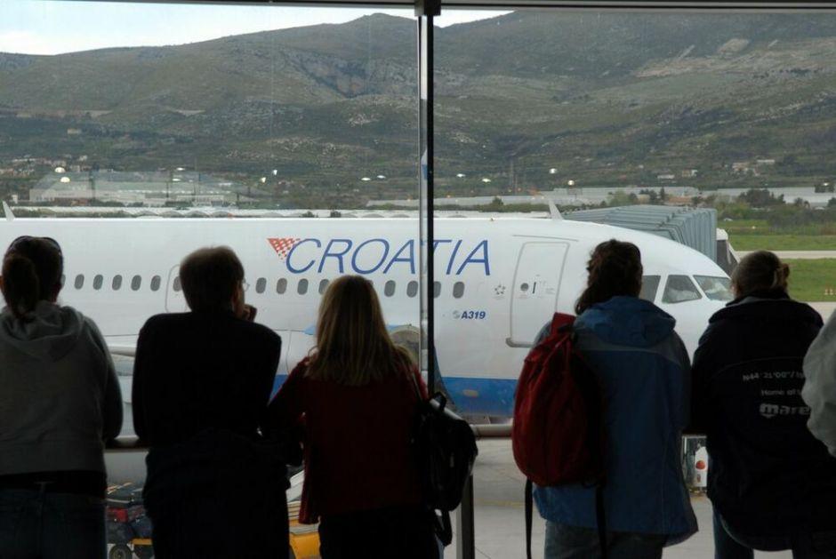 DOJAVA O BOMBI U AVIONU! Hitno prizemljena letelica u Splitu! Svi putnici napustili avion, ekipe na terenu!
