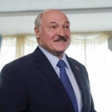 DOK ZAPAD PRETI, LUKAŠENKO PEVA OD SREĆE Beloruski predsednik ima ogroman razlog za veselje (FOTO)