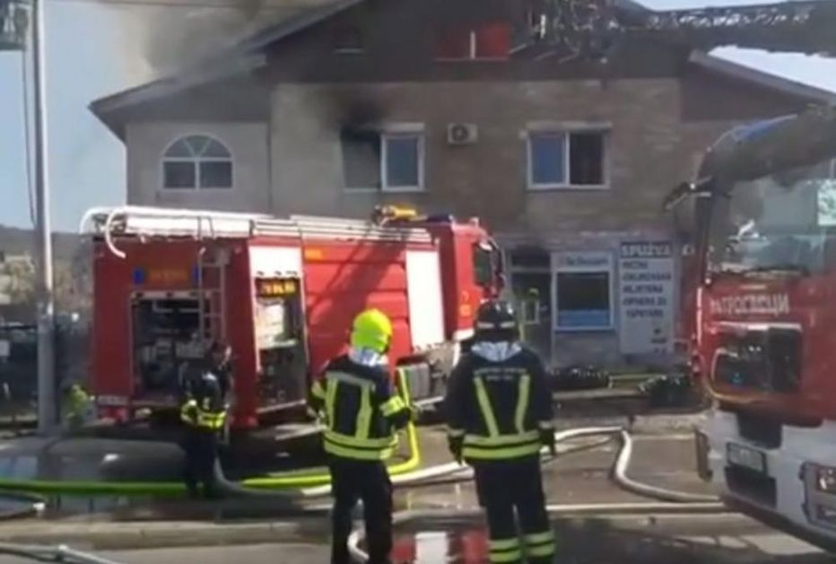 DRAMA U BANJALUCI: Gori prodavnica sunđera, vatrena stihija guta kuću! Ljudi u panici iskakli kroz prozor da spasu živu glavu! (VIDEO)