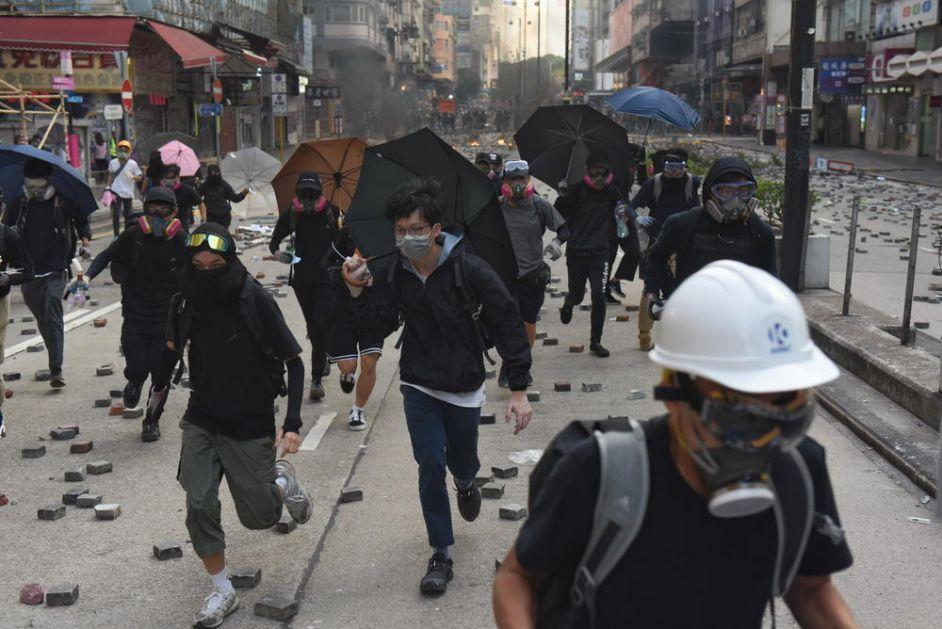 DRAMA U HONGKONGU I DALJE TRAJE: 100 demonstranata je već treći dan zabarikadirano na univerzitetu! (VIDEO)
