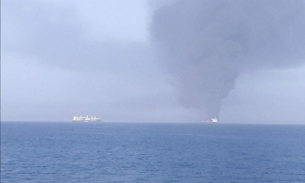 DRAMA U ZALIVU, NA KORAK DO RATA: Napadnuti tankeri! Kulja crni dim sa broda punog metanola! Amerika optužuje Iran za napad torpedima! (FOTO)