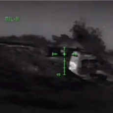 DRAMATIČAN SNIMAK IZ DONBASA: Ukrajinski specijalci razbijaju položaj pro-ruskih snaga, ubijaju žilavog BORCA (VIDEO)