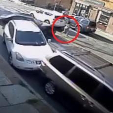 DRAMATIČNA AKCIJA SPAŠAVANJA BEBE: Zarobljena ispod auta nakon što je na nju naleteo pijani vozač (VIDEO)