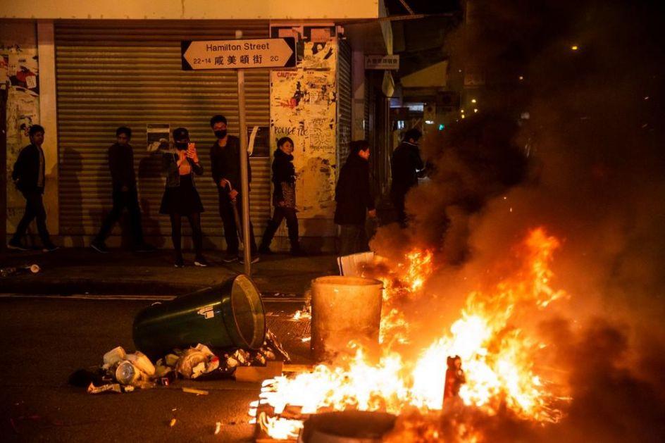 DRAMATIČNA NOVOGODIŠNJA NOĆ U HONGKONGU: Policija upotrebila suzavac i vodene topove protiv demonstranata!