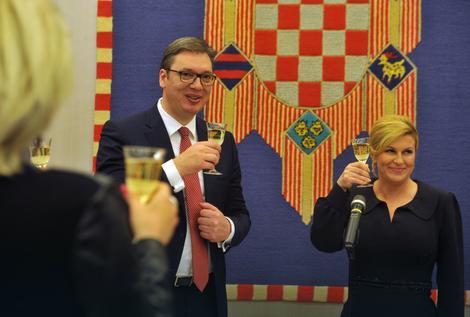 DRUGI DAN POSETE Vučić stigao u Vrginmost i doneo poklone, jako obezbeđenje prati njegovo kretanje