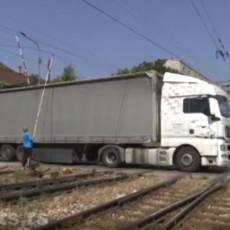 DRVO PALO NA ŽELEZNIČKI VOD POD NAPONOM: Havarija u Jagodini, saobraćaj obustavljen